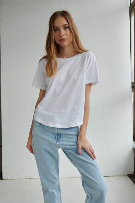 t-shirt with v-neck on the back